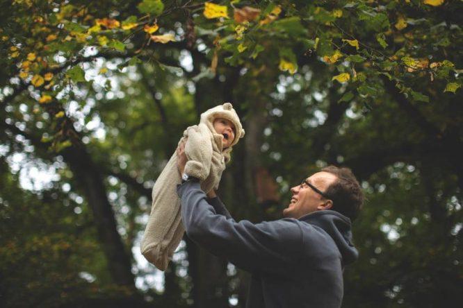 Tėtis iškėlęs vaiką į orą