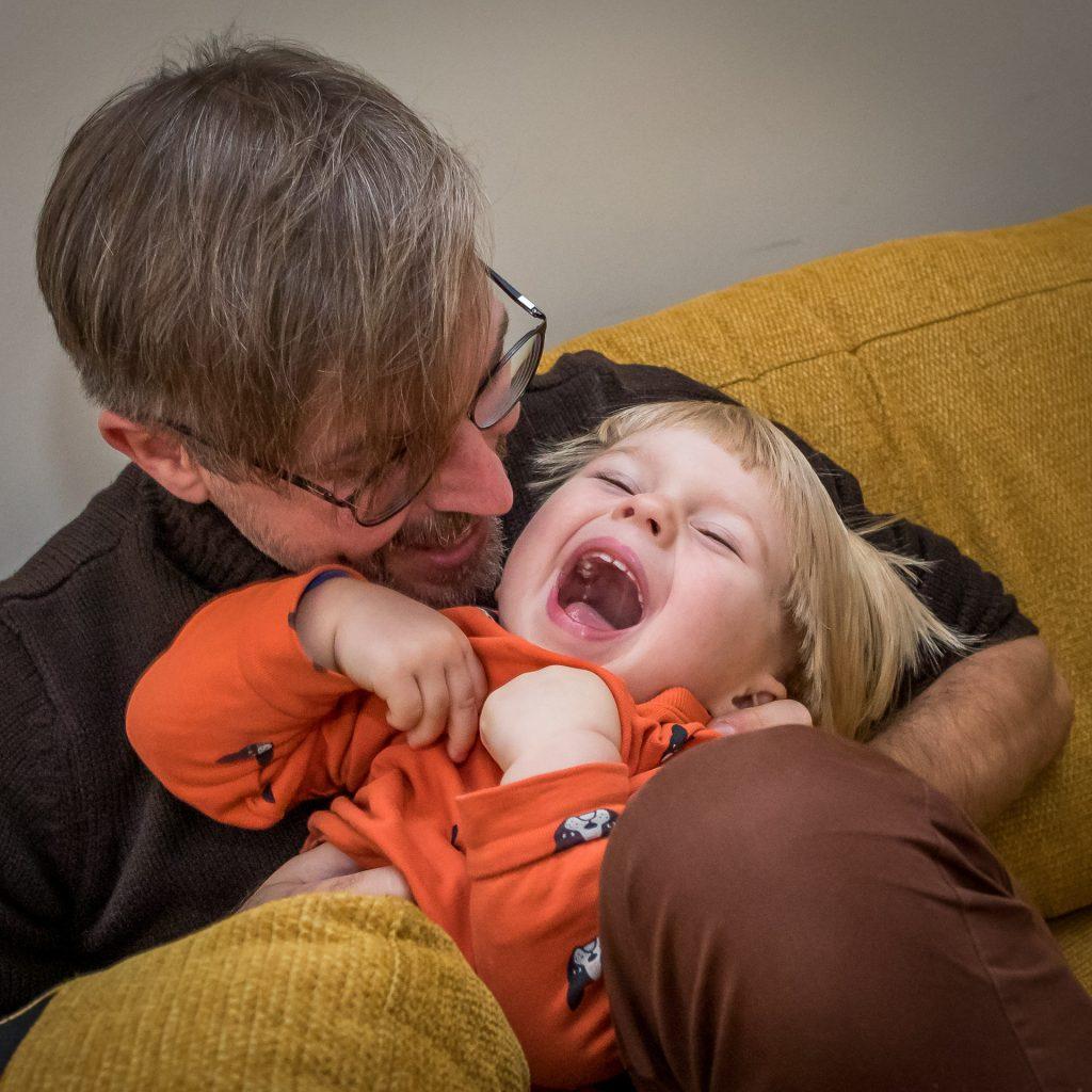 Tėtis glebyje kutena dvimetį sūnų