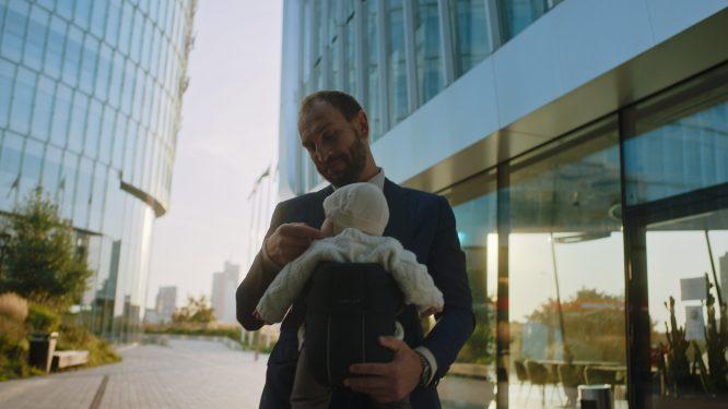 Kadras iš kampanijos video / Tėtis su vaiku tarp dangoraižių