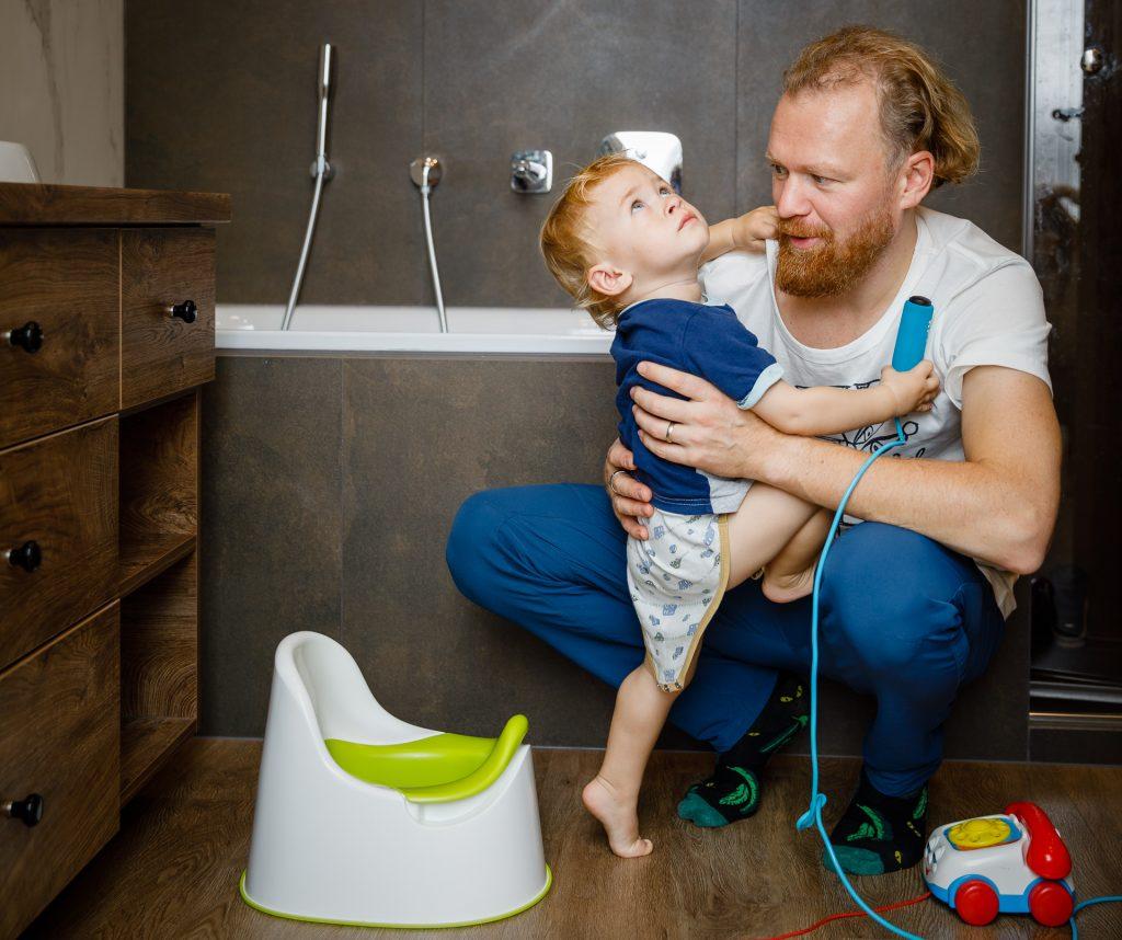Tėtis vonioje apkabinęs dviejų metų sūnų