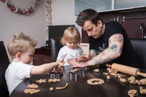 Tėtis su mažais vaikais kepa sausainius