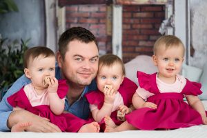 Tėtis su trynukėmis mažylėmis