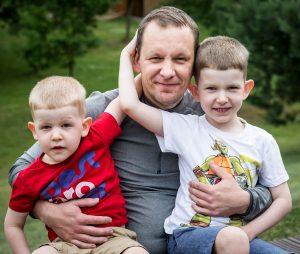 Tėtis ant kelių laiku du sūnus