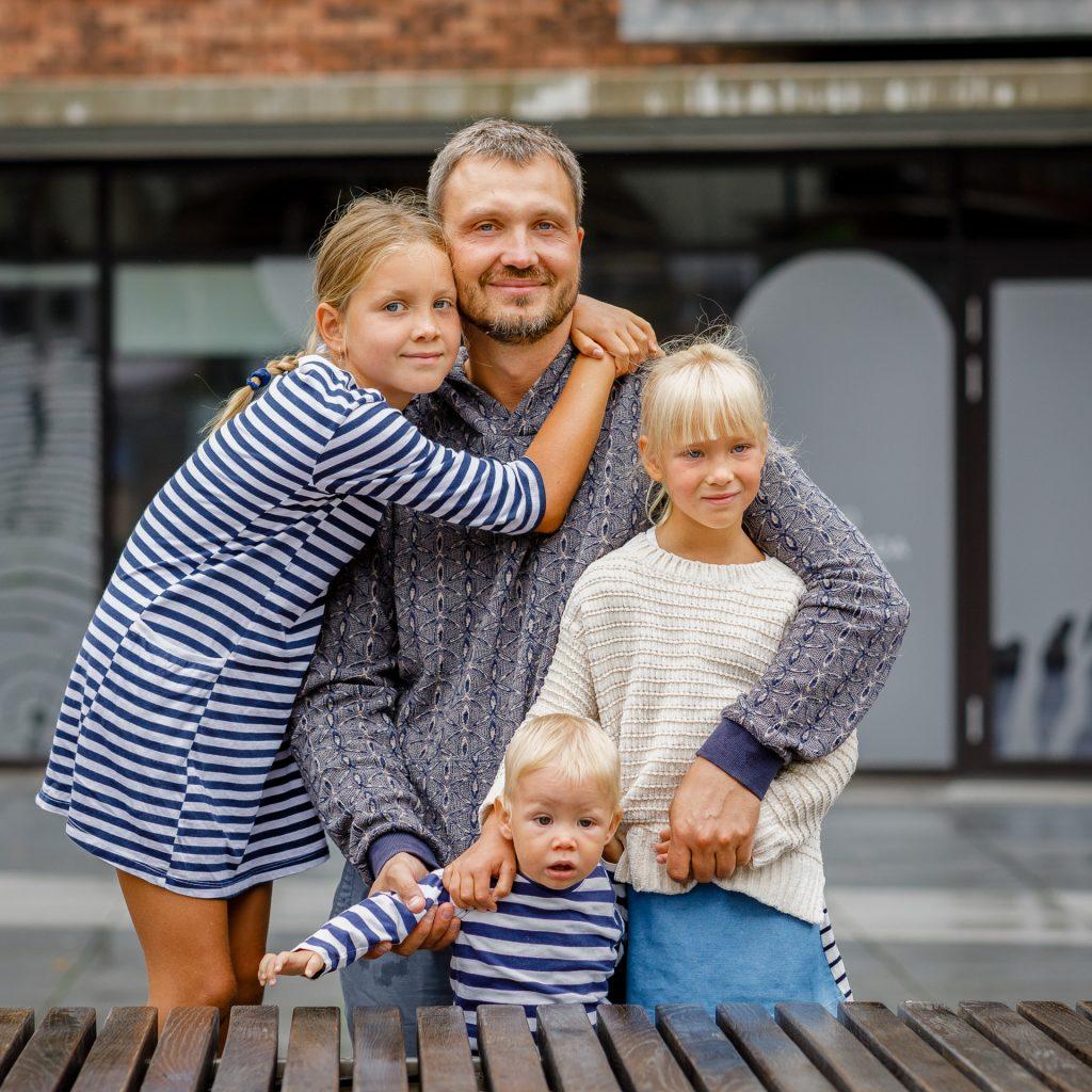 Tėtis apkabines tris vaikus